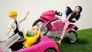 ЛедиБаг и СуперКот гоняют на мотоциклах. Видео про кукол