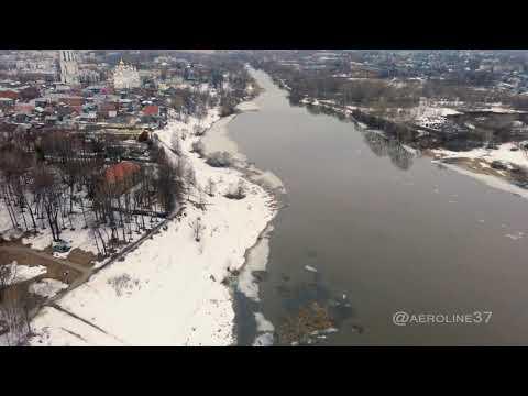 Шуя с высоты птичьего полета. Вид на городской парк, Воскресенский собор и реку Тезу. Video 4К.