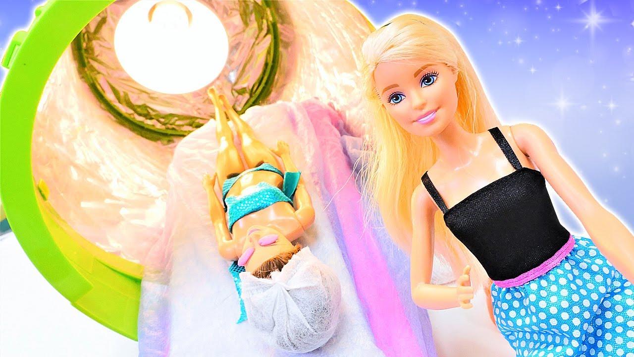 El centro de bronceado de Barbie. Muñecas Barbie en español. Videos para niñas