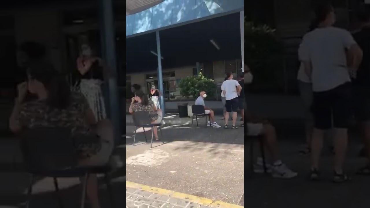 Colas en el exterior del Hospital Virgen Macarena