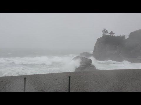 大型の台風18号の影響で波が押し寄せる桂浜 高知