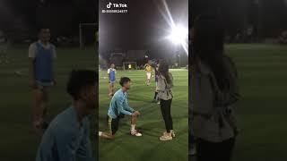 Clip hot Tik Tok Chàng trai quỳ gối trao nhẫn cho người yêu trên sân bóng vì    cô nàng cứ