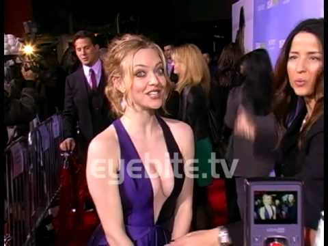 Amanda Seyfried sings spontaneously on the red carpet
