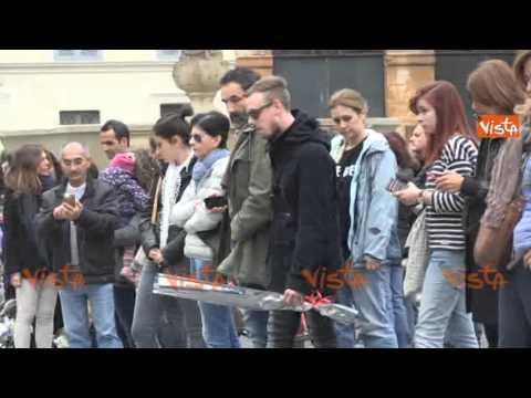 ATTENTATI DI PARIGI, FIORI E CANDELE ALL'AMBASCIATA DI FRANCIA A ROMA