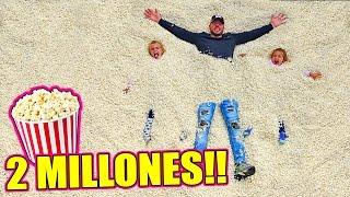 LLENAMOS una CAMA ELÁSTICA con MILLONES de PALOMITAS y salto extremo desde el BALCÓN!!