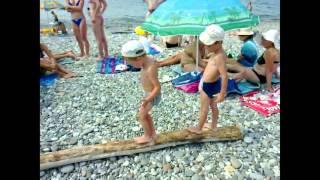=На пляже Черного Моря нашли бревно=(На пляже Черного Моря нашли бревно. Как пройти по нему, вот в чем задача. Пора в отпуск. Сочи - Дагомыс, отпуск..., 2014-08-06T16:55:11.000Z)