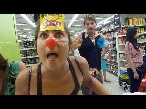 Des clowns bloquent un supermarché (boycotter Lipton pour soutenir les licenciés)de YouTube · Durée:  49 secondes