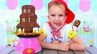 Vlad y Nikita fingen jugar con juguetes de cocina
