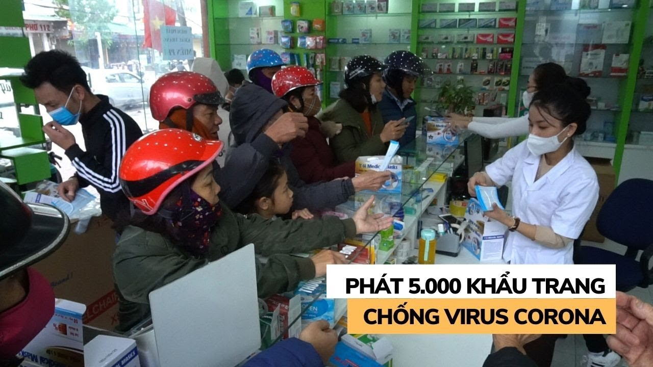 Siêu thị thuốc tây phát 5.000 khẩu trang cho dân chống virus corona