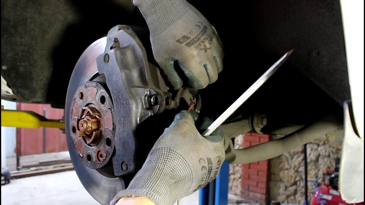 Замена передних тормозных колодок АУДИ Q7 2008 AUDI Q7 3,0 ...