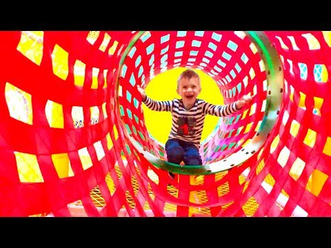 Развлекательный детский центр с горками и батутами бассейном с кубиками Fly Park