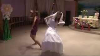Прикольный танец невесты. Невеста зажигает с сестрой
