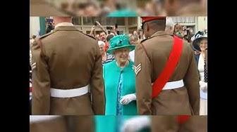 Sotilas istuu kuningatar Elisabetin edessä!