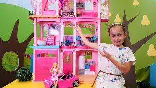 Spielzeugvideo für Kinder mit Barbie. Jill räumt Barbies Haus ein