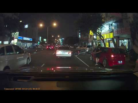 (騎士被車門擊飛)路邊開車門 直接擊飛兩名騎士和一台BMW