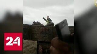 Смотреть видео Полицейский запрыгнул в прицеп трактора, преследуя угонщиков - Россия 24 онлайн