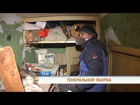 В Перми начали разбирать квартиру, заваленную до потолка мусором