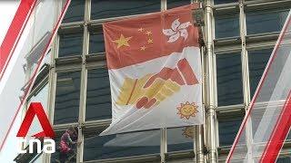"""بالفيديو... """"الرجل العنكبوت"""" الفرنسي يتسلق برجا في هونغ كونغ ويرفع راية مصالحة"""
