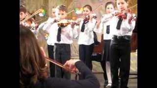 Таня играет на скрипке.AVI