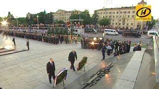 Лукашенко и Путин возложили венки к монументу на площади Победы в Минске