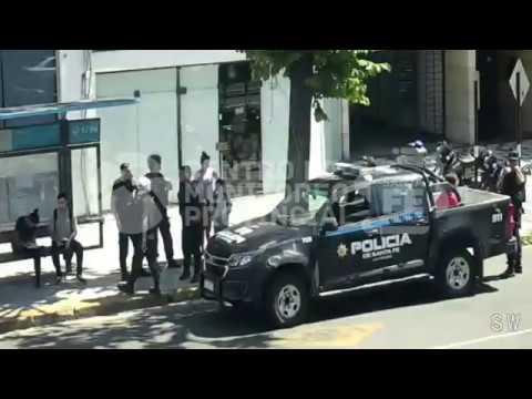 Un video muestra cómo detuvieron a los asaltantes de un pasajero de un ómnibus
