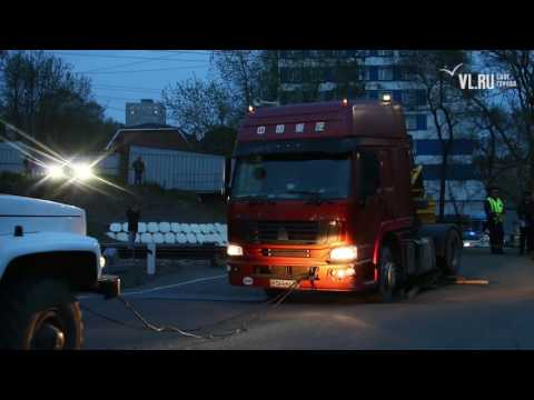 VL ru Длинномер застрял на переезде