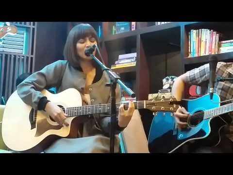 Glaiza De Castro LIVE in Book and Borders Cafe