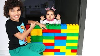 Sami et Amira Play with colored cubes
