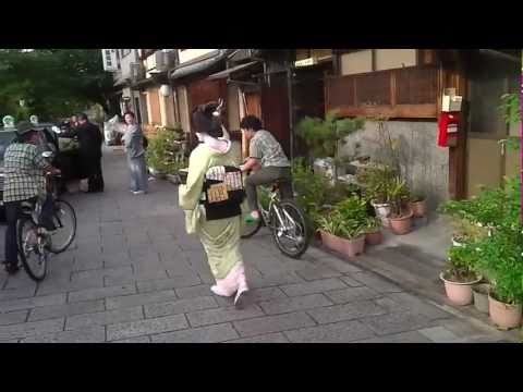 Geisha hit the taxis in Miyagawacho, Kyoto