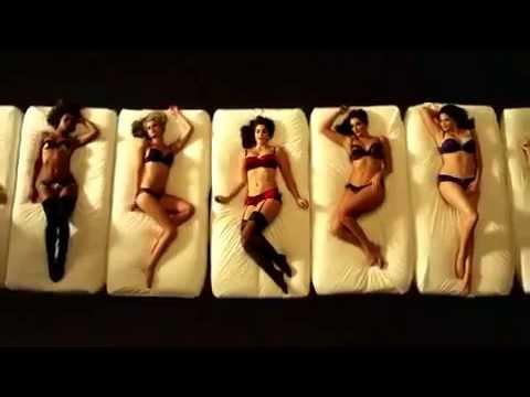 Женская гамма размеров груди -- креатив из рекламы женского белья