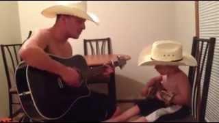 2 cha con ôm đàn Guitar hát hò thật đáng yêu