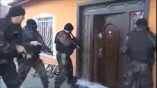 как полиция открывает дверь(Прикольное видео как полиция открывает дверь, а в итоге обломились, в итоге дверь открыл дед. Турецкая полиц..., 2015-01-19T17:02:53.000Z)