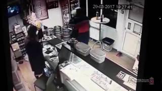 Посетитель бара вытолкал грабителей с пистолетом в Волгограде