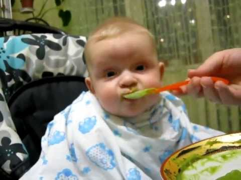 Кормление ребенка пюре из брокколи