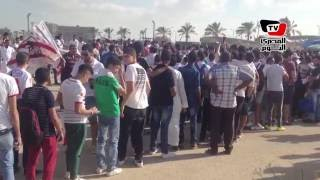 اصطفاف مشجعي «الزمالك» أمام «برج العرب» قبل مباراة «الوداد»