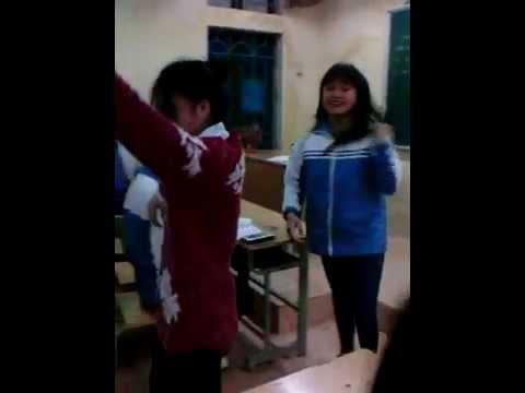 Học sinh nữ cưỡng hôn nhau ngay tại lớp học