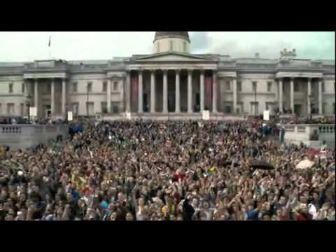 Beatles - Hey Jude  in   Trafalgar Square  Londres