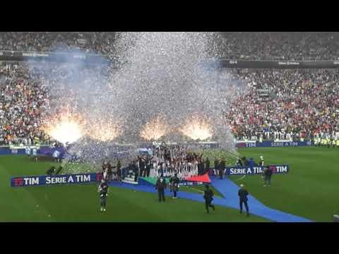 La festa Scudetto della Juventus, la premiazione: Buffon alza la coppa