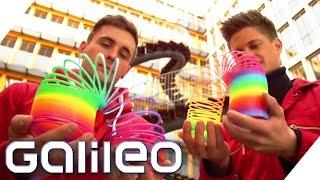 Slinkies - Wie funktionieren Treppenläufer | Galileo Lunch Break