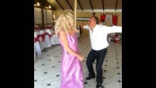 Невеста со свекром танцуют на свадьбе - На лабутенах