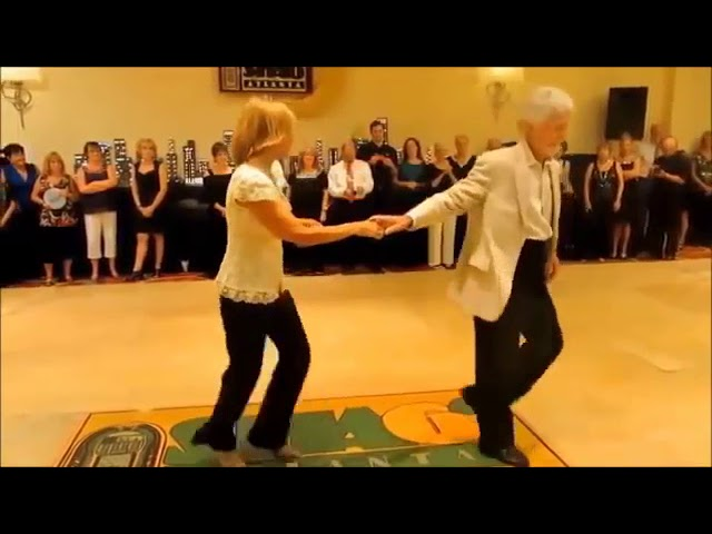 Танцуют под песню Виктора Королёва
