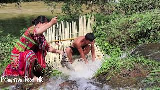 Food wild: Skills fish traps catch fish on the waterfall line and Cooking grilled fish