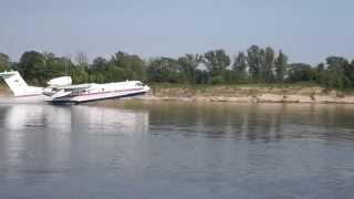 Самолет БЕ-200 набирает воду для тушения пожара в г. Дзержинке