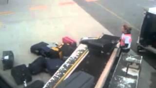 Для чего нужна упаковка багажа Часть 1(Упаковка багажа в аэропортах России. Безопасность Вашего багажа - это наша работа!!! www.packandfly.ru PACK&FLY предоста..., 2013-04-29T13:22:11.000Z)
