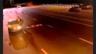 فيديو  شرطي يوقف سيارة ليخالفها   ثم يستنجد بها لتنقذه من قطيع الذئاب