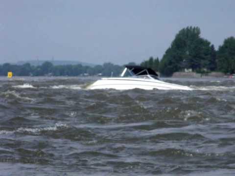 lac des deux montagne bateaux couller