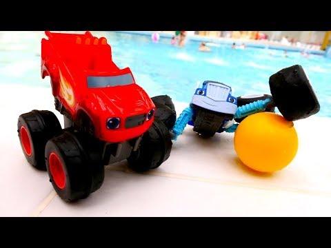 Araba oyunu. Monster mashines su parkında topla oynuyorlar.