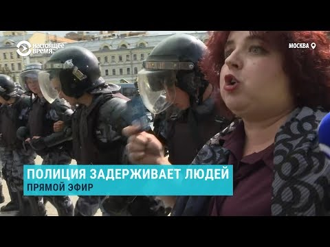 """Женщина с билетом партии """"Единая Россия"""". Протесты в Москве"""