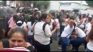 Mujeres tachirenses conmemoraron el día de la Independencia en el puente internacional Francisco de Paula Santander, que une a Venezuela con Colombia. Centenares de mujeres lograron cruzar la frontera