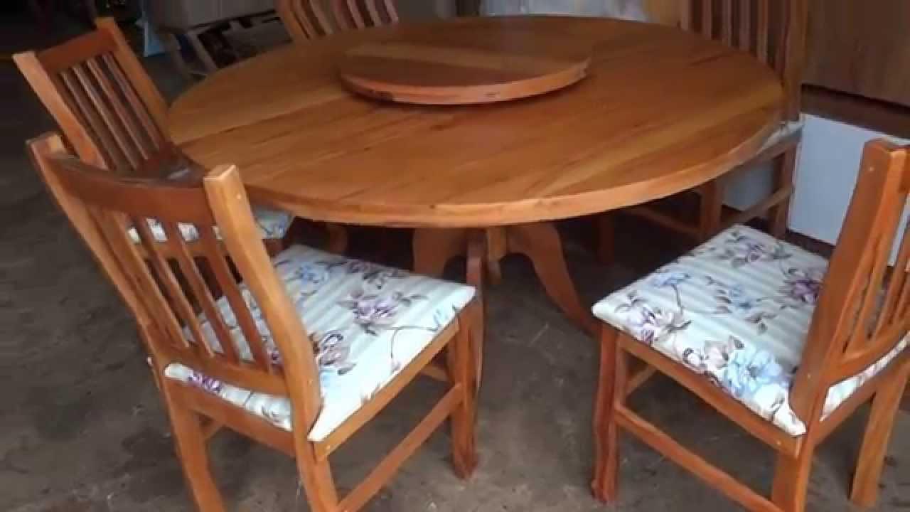 Mesa redonda em peroba rosa e 5 cadeiras em peroba rosa e for Modelos de mesas redondas de madera